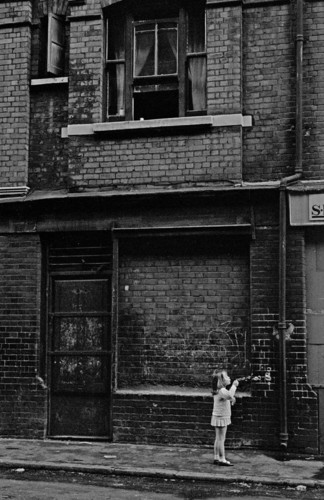 Child-blowing-bubbles-in-the-street-Whitechapel-19