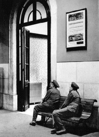 Cais da Estação de Santa Apolónia, 1974, por Eduardo Gageiro