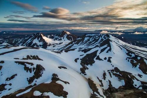 Montanhas com neve na Islândia.jpg