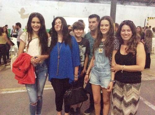 Andreia Barbosa e família no desfile da moda 2015