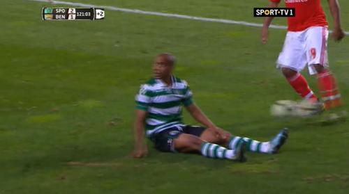 Eliseu chuta a bola contra João Mário(no chão)