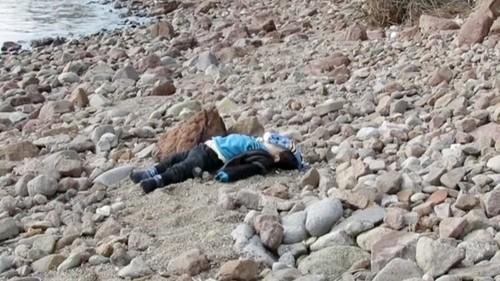 Nova foto de uma criança síria morta na costa da