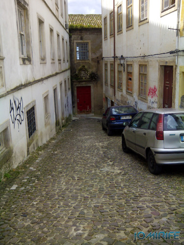 Curva estreita a 90 graus na Rua do Norte na Sé velha em Coimbra [en] 90 degree turn in the North Street in Coimbra Portugal