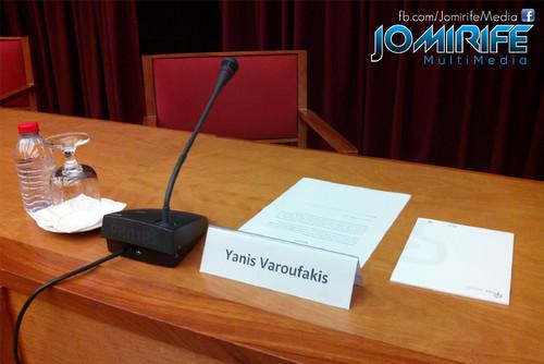 Conferência de Yanis Varoufakis sobre «Democratizar a zona Euro» na Universidade de Coimbra no dia 17 de outubro de 2015 - Nome na mesa no seu lugar [en] Yanis Varoufakis Conference about
