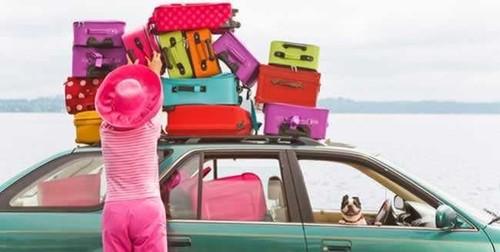 mulher-com-malas-em-cima-do-carro.jpg