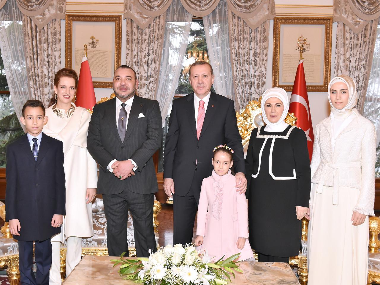 SM le Roi invité à un thé avec la famille