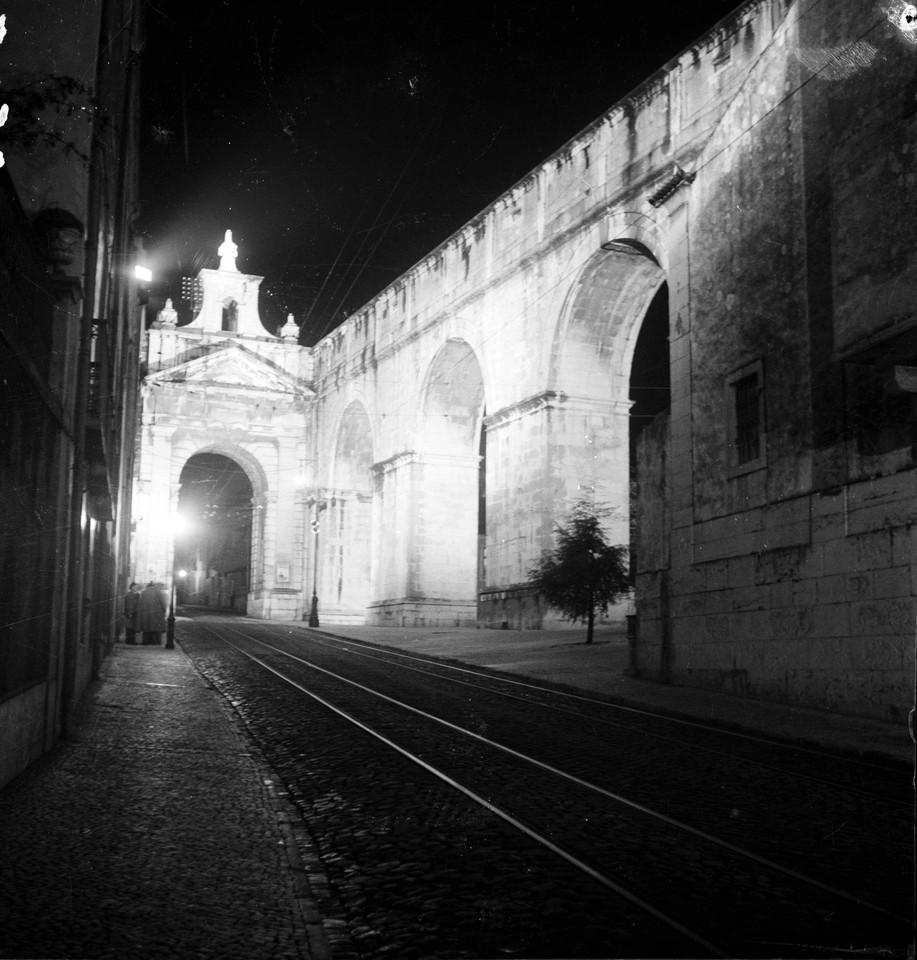 Arco das Amoreiras e aqueduto das Águas Livres, j