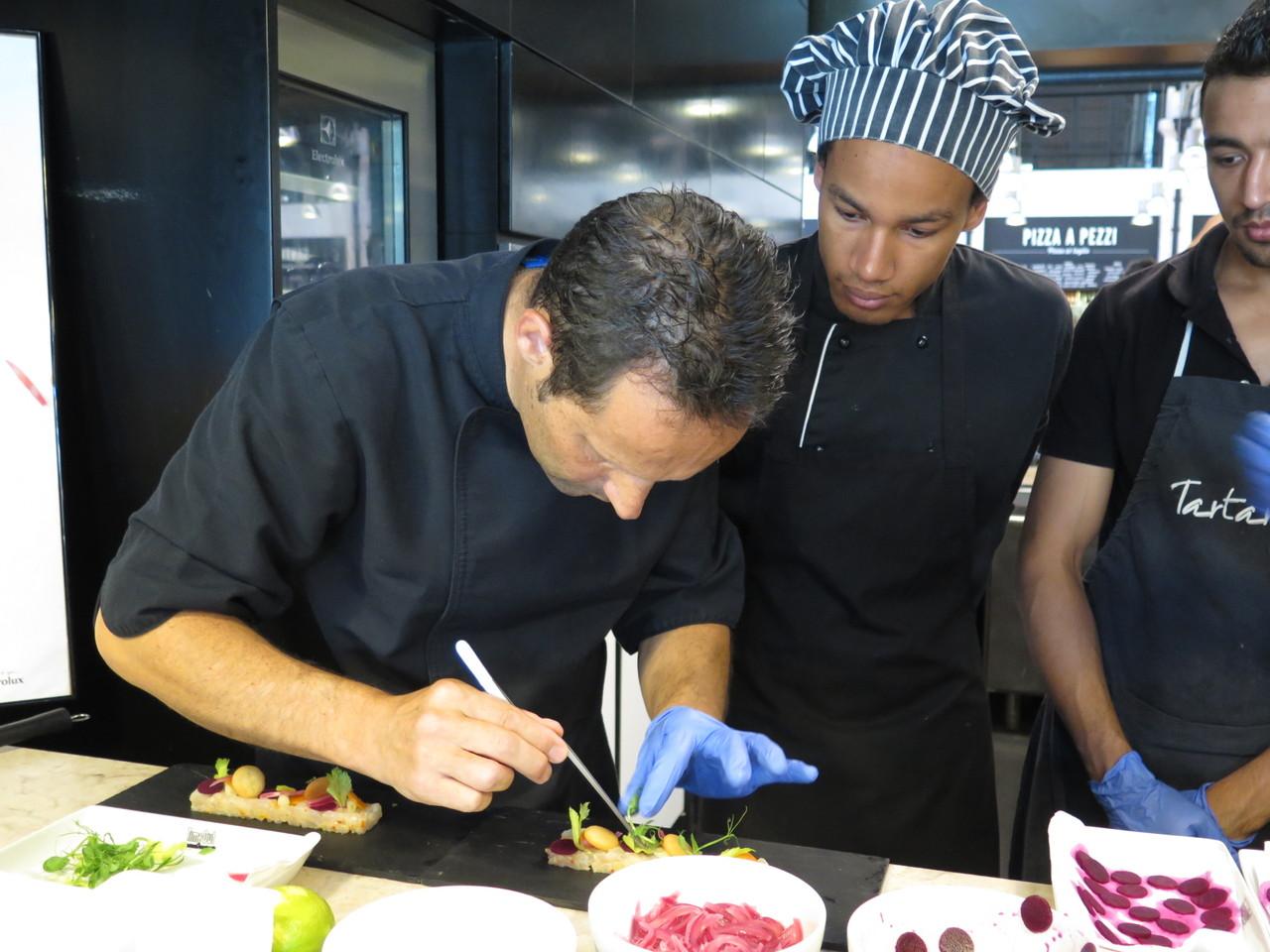 Pascal Meynard mostrando como se faz o seu tártaro de dourada