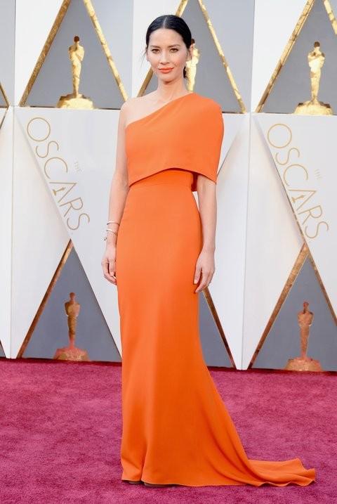 Olivia Munn em Stella McCartney.jpg