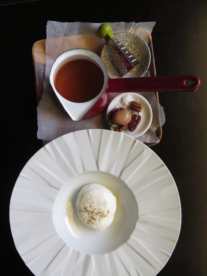 Burrata, Sopa de Pimento Grelhado e Tomate, Noz-pecã, Ovo