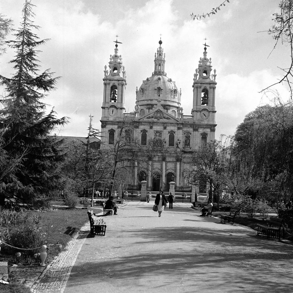 Basílica da Estrela vista do jardim da Estrela, f