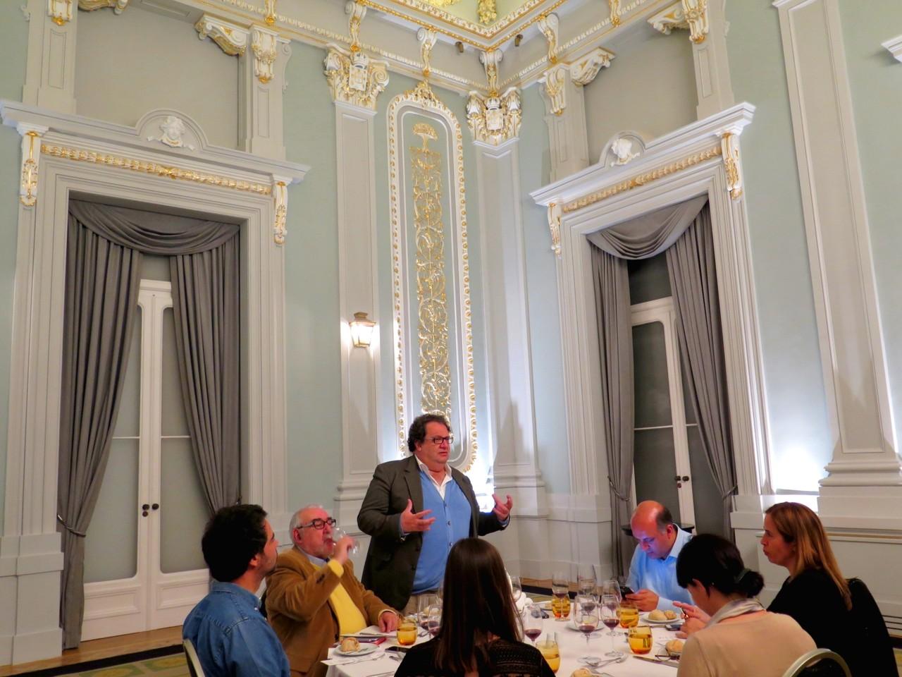 No Salão Nobre da Pousada de Lisboa, Fernando Melo conduzindo uma prova comentada de grandes vinhos portugueses
