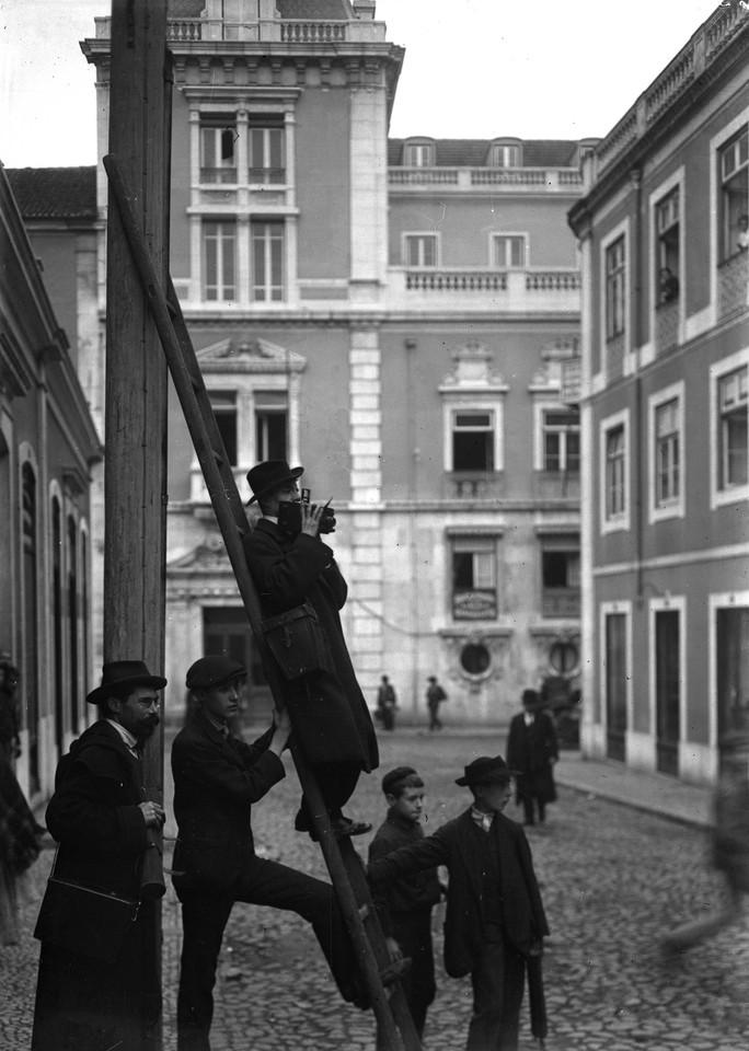 fotógrafo em serviço, na rua do condes foto de B