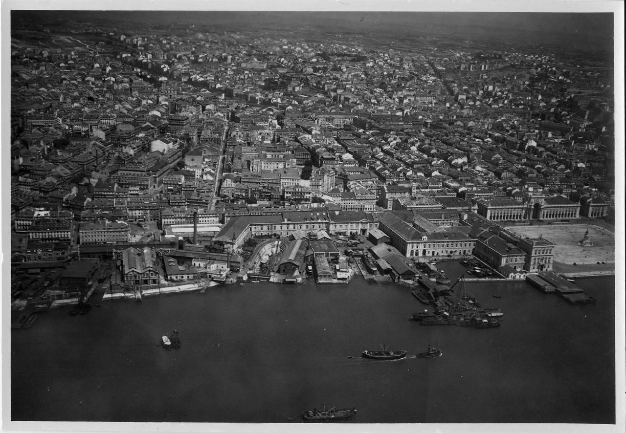 Fotografia aérea, destaca-se o Arsenal de Marinha