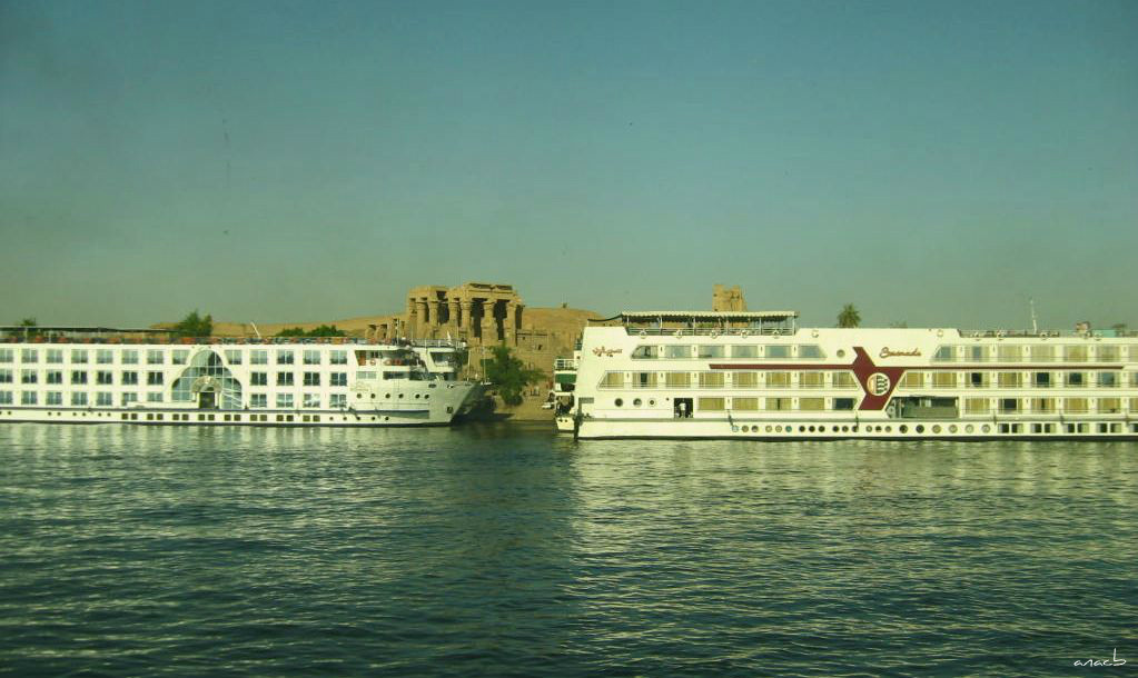 ao acaso #2 barcos de cruzeiro no rio Nilo em fren