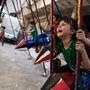 Crianças brincam em rockets Douma, Síria