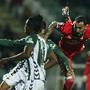 Mitroglou luta nas alturas para conquistar a bola
