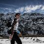 Ciclista Romain Bardet caminha na neve
