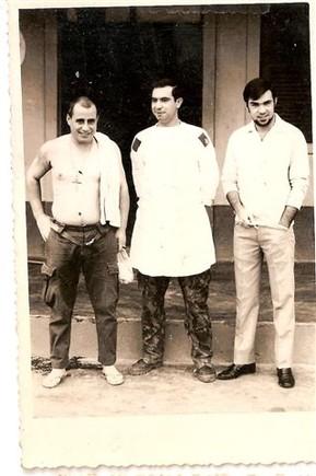 Antônio Rei e dois militares frente ao Hospital n
