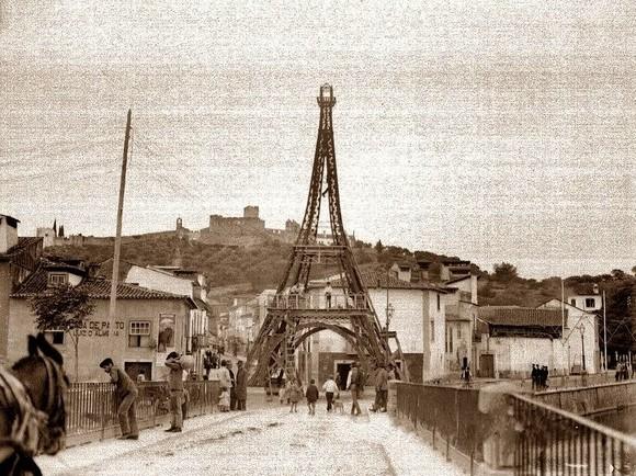 Torre Eiffel erquida em Tomar. Ponte Velha. Festa