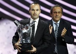 Iniesta vence prémio da UEFA