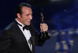 Jean Dujardin com o seu Óscar de Melhor Ator