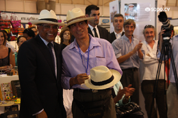 JMN recebe chapéu panamá