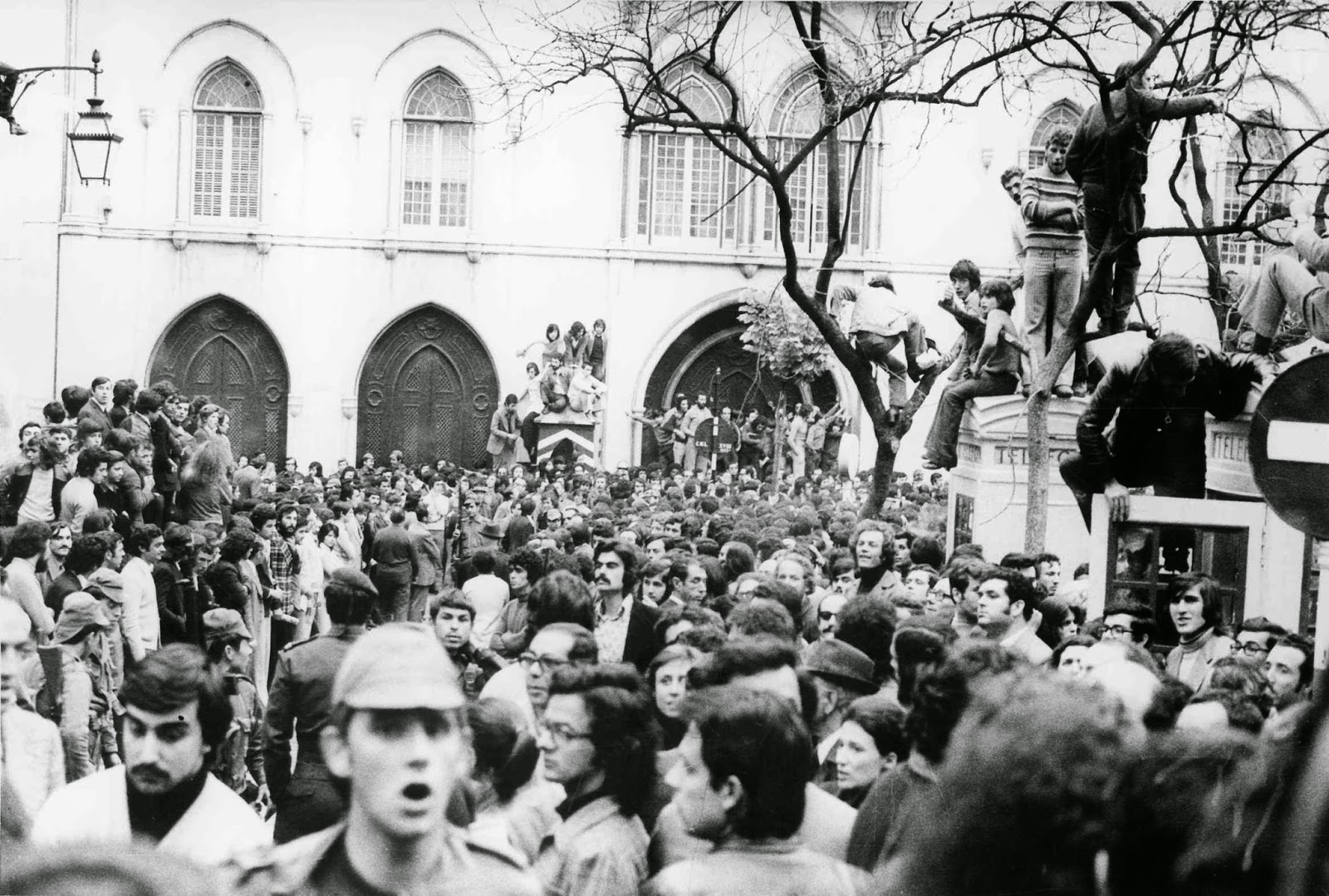 Cerco do Largo do Carmo no dia 25 de Abril de 1974